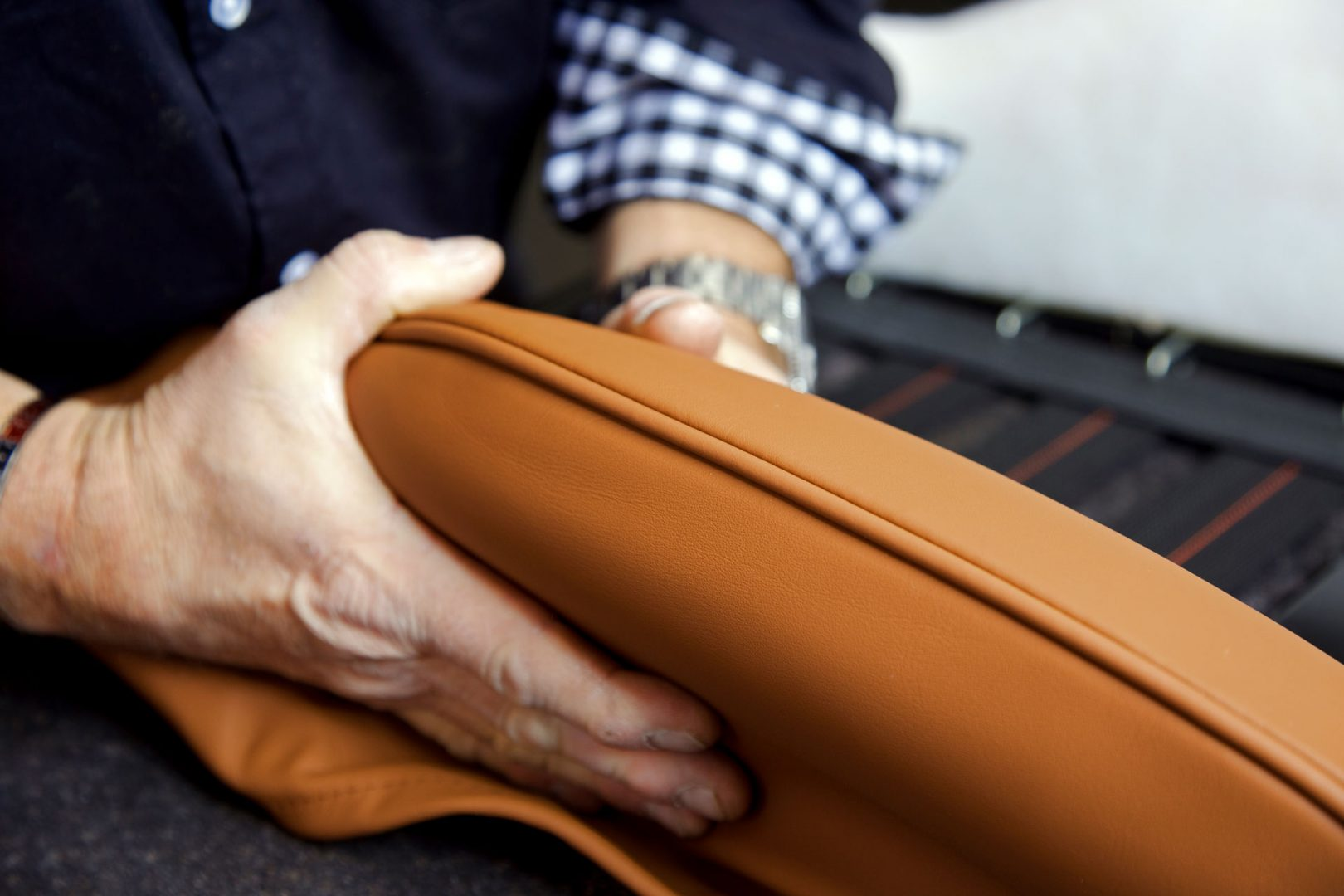 Sattlerei K.M. Lederdesign, Polsterer, Lederverarbeitung beziehen polstern, der Sitz wird bezogen